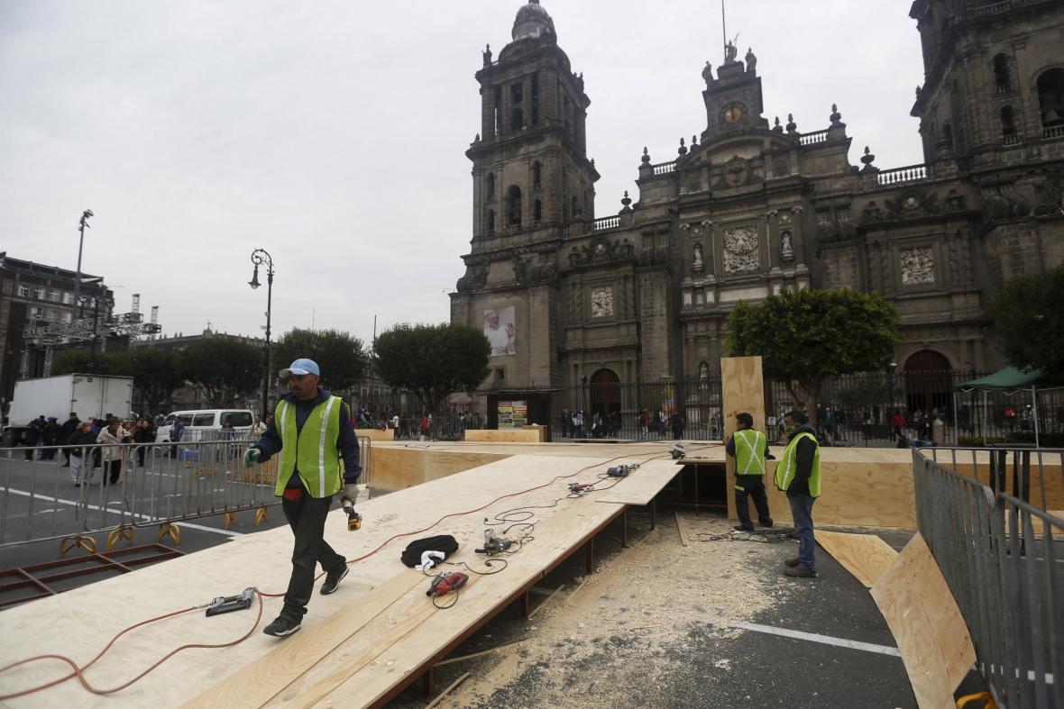Dělníci připravují pódium před katedrálou v Mexiko City
