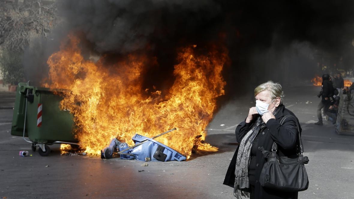 Hořící popelnice při protestch u ministerstva zemědělství
