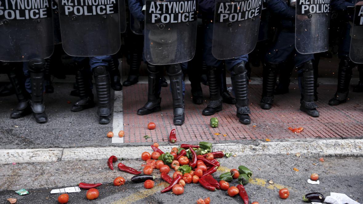 Protest potravinami, k nohám policistů se slétly rajčata i papriky