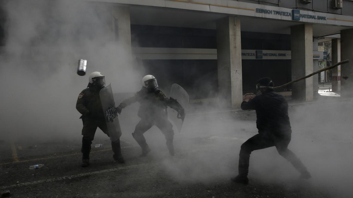 Řečtí policisté a krétský farmář během protestů v Aténách