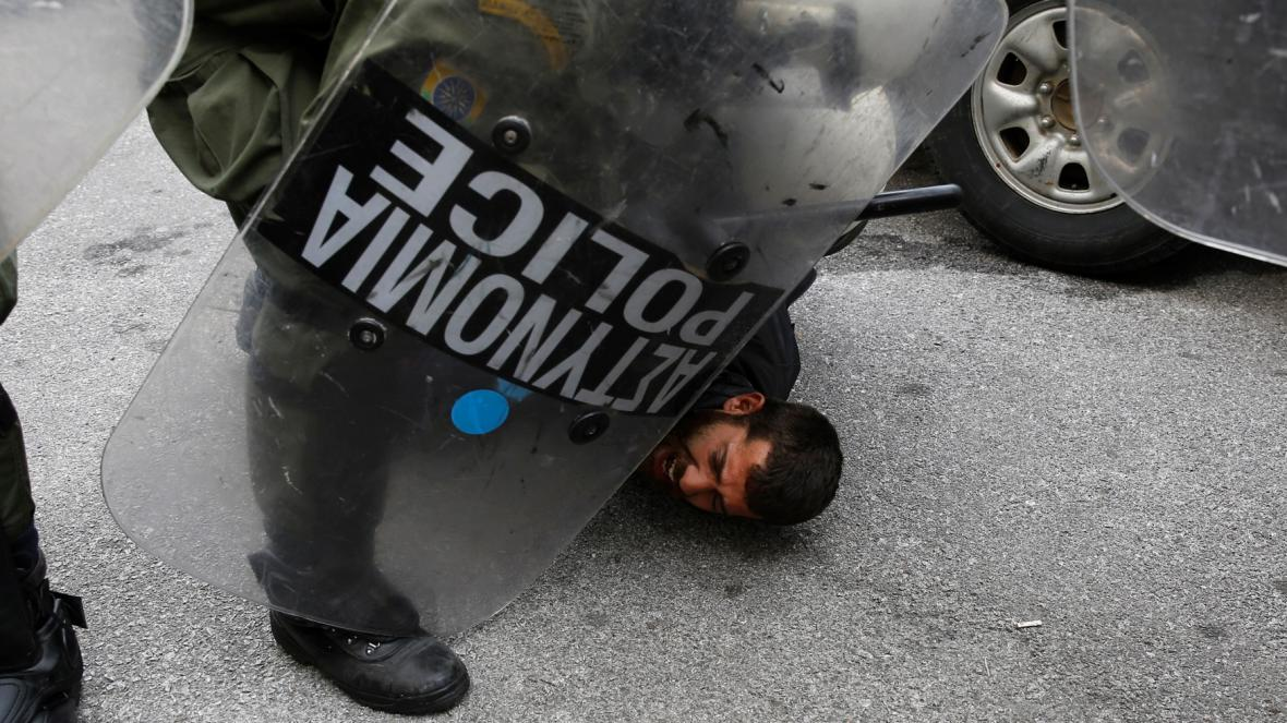 Zajištěný zemědělec při protestech v Aténách