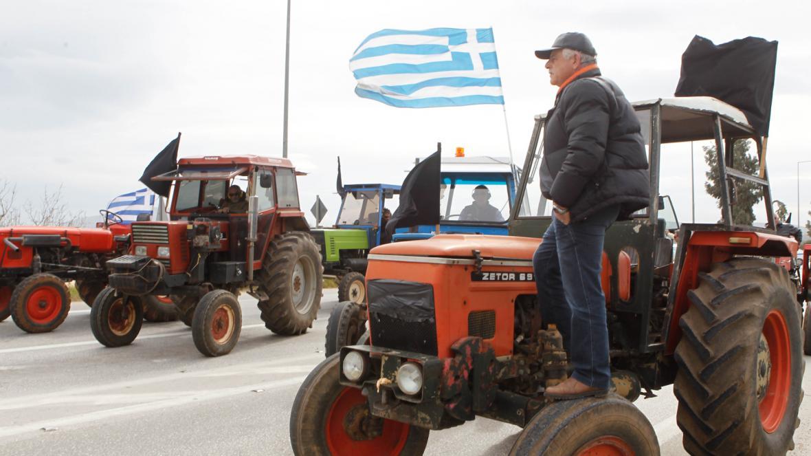 Farmáři s traktory blokují cesty vedoucí k aténskému letišti