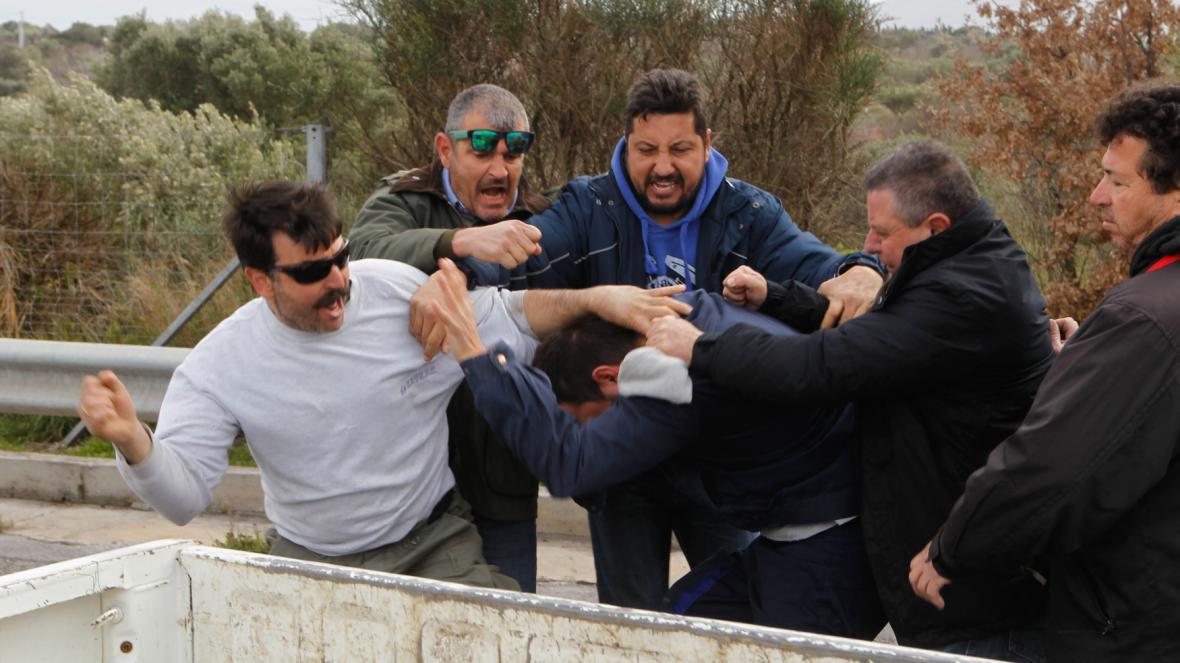 Omezení dopravního spojení s letištěm se nelíbilo řidičům a střetli se s protestujícími zemědělci