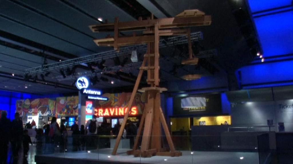 Otočný jeřáb sestavený podle návrhu Leonarda da Vinciho