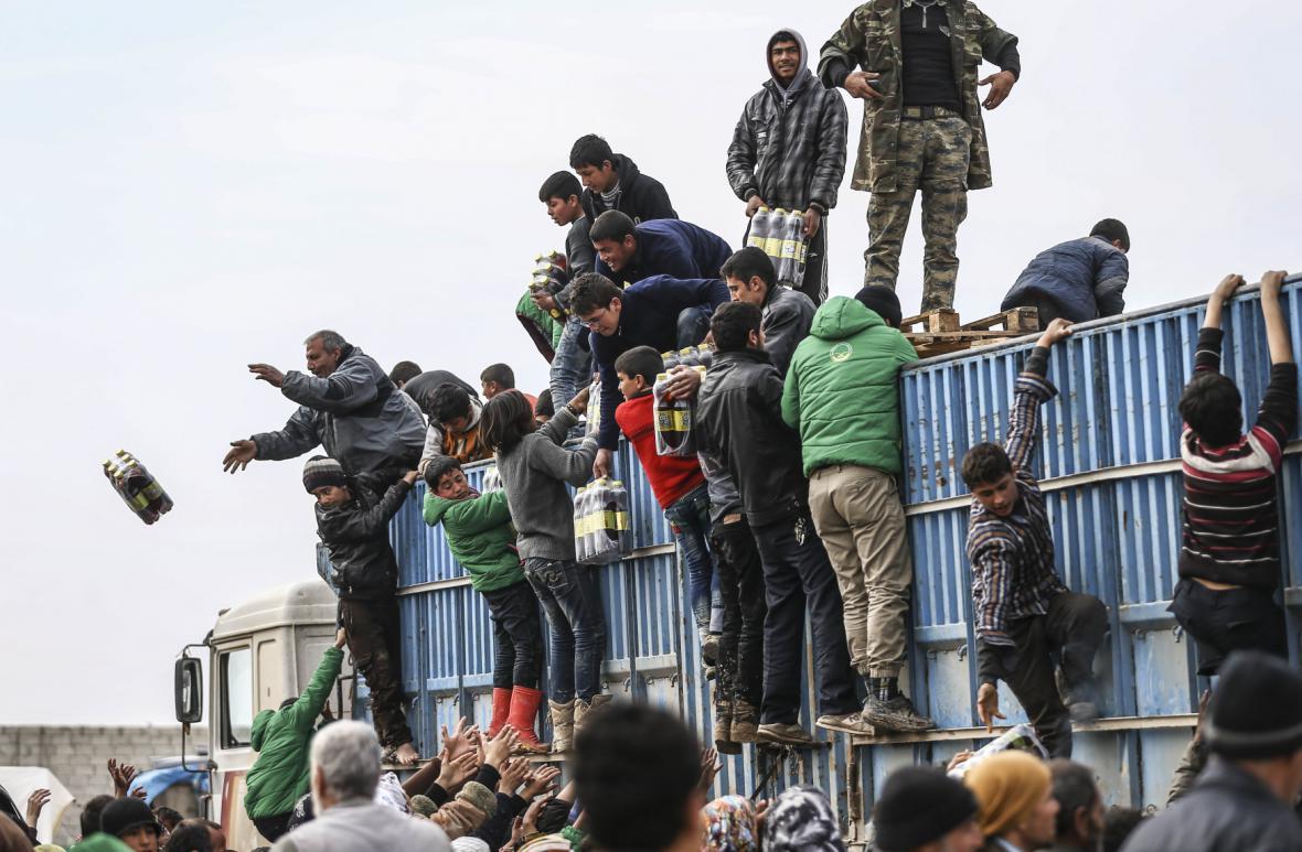 Tisíce uprchlíků uvízly na syrsko-turecké hranici