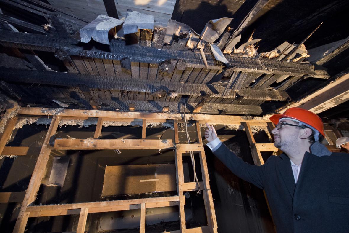 Ředitel muzea Michal Lukeš ukazuje škody po požáru