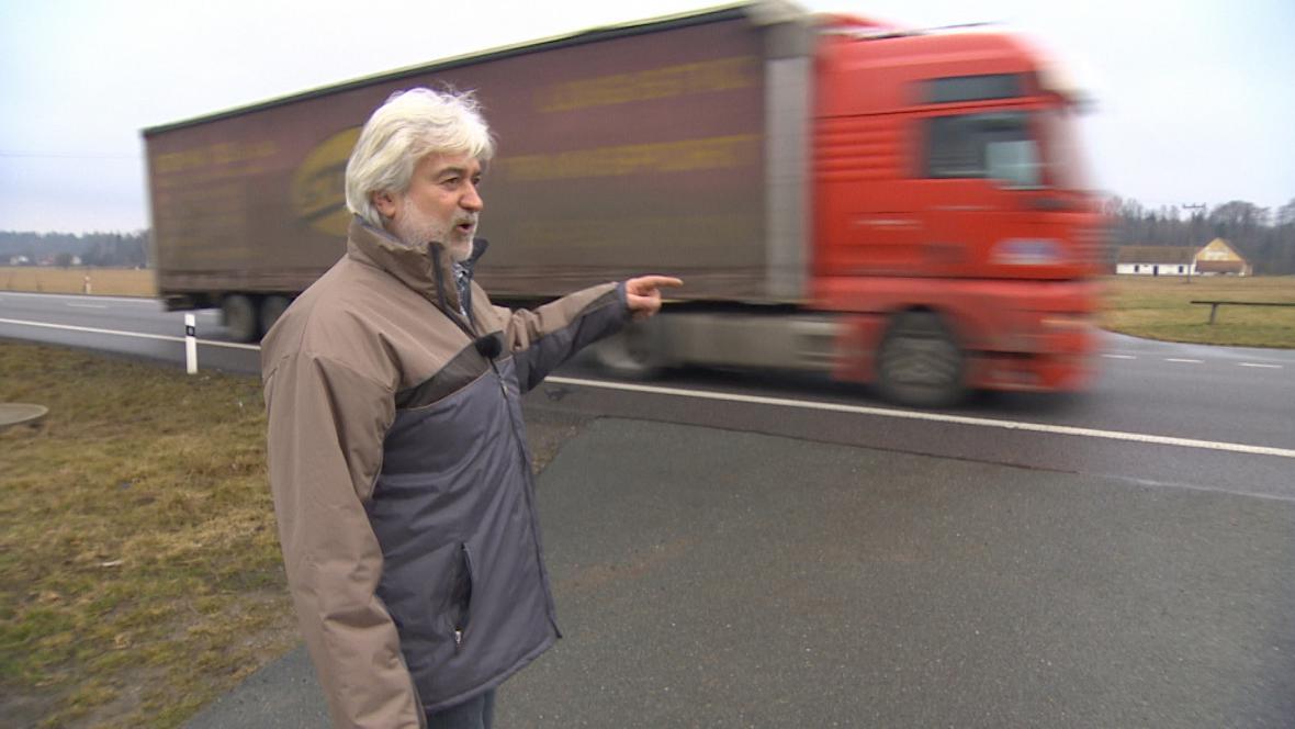 Luděk Cabalka ukazuje, kudy zatím traktory můžou ze silnice sjiždět