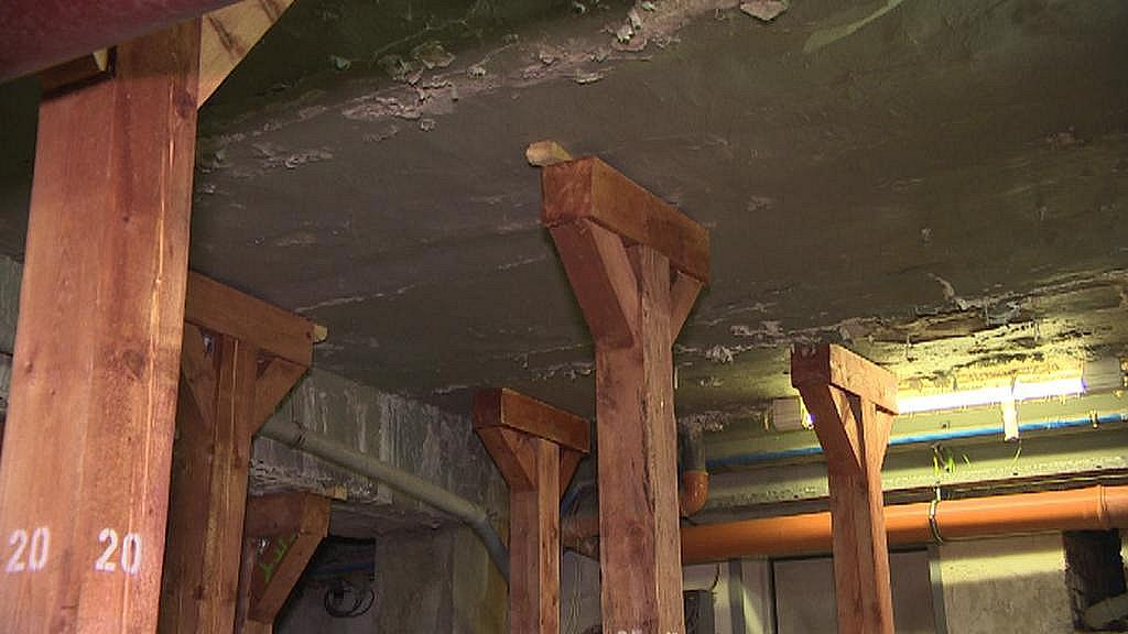 Strop v podzemí Vřídla museli už na podzim podepřít desítkami sloupů