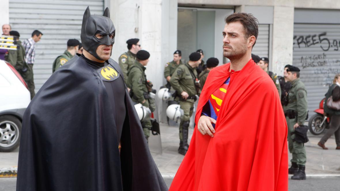 Batman a Superman na straně vlády při demonstracích v Řecku