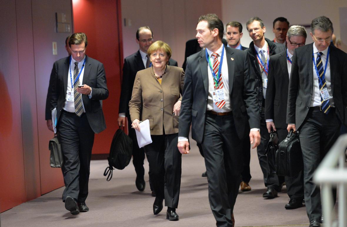 Angela Merkelová s týmem diplomatů
