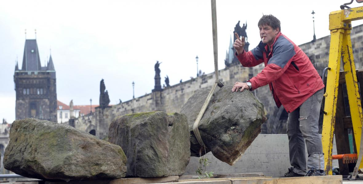 Kamenné kvádry, které se z Juditina a Karlova mostu v minulosti zřítily do Vltavy (2012)