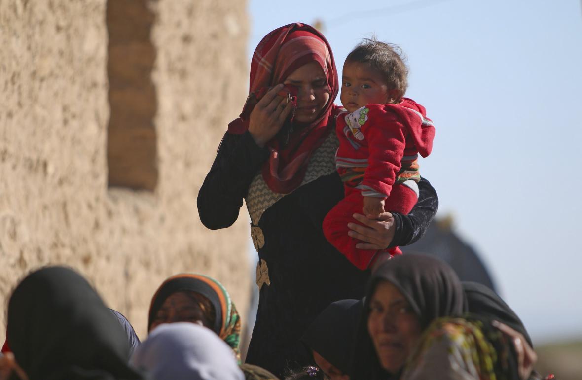 Syřanka oplakává smrt svých příbuzných, které zabili islamisté