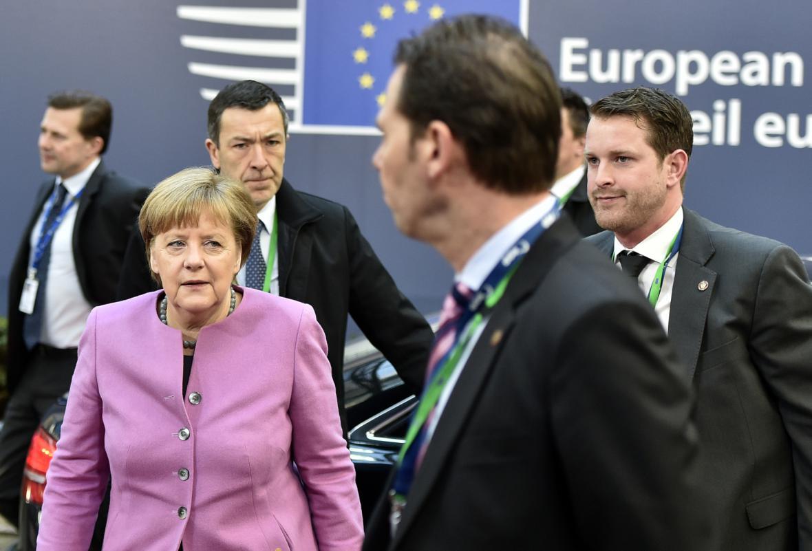 Angela Merkelová při příjezdu na páteční jednání