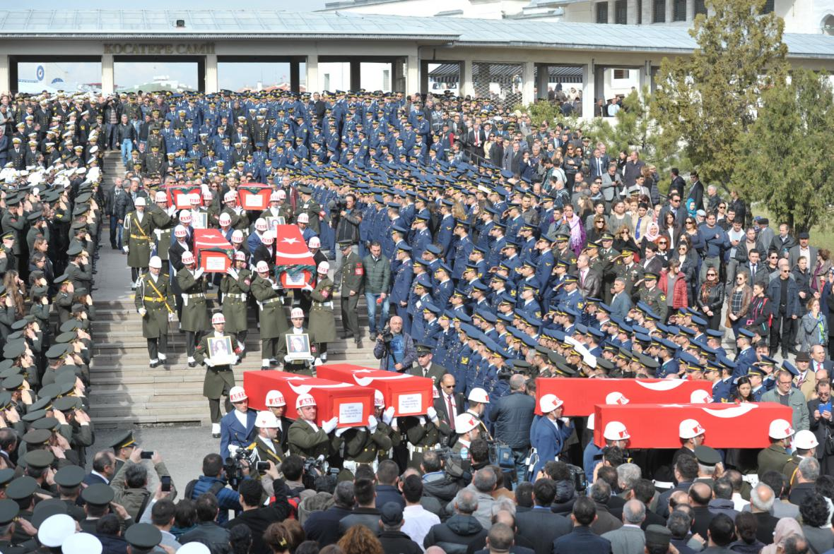 Pohřeb obětí středečního atentátu v Ankaře