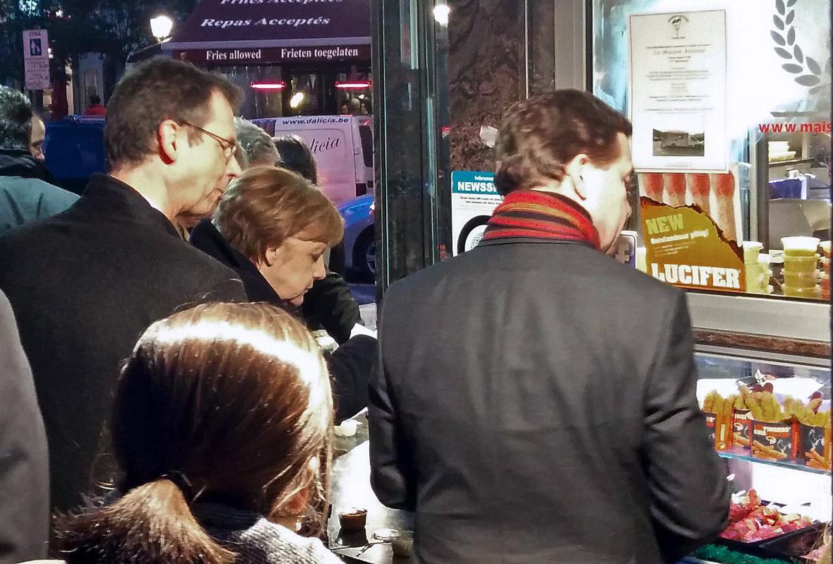 Německá kancléřka Angela Merkelová si v pauze mezi bruselským jednáním dopřála belgické hranolky v proslulém stánku Maison Antoine na náměstí Jourdan