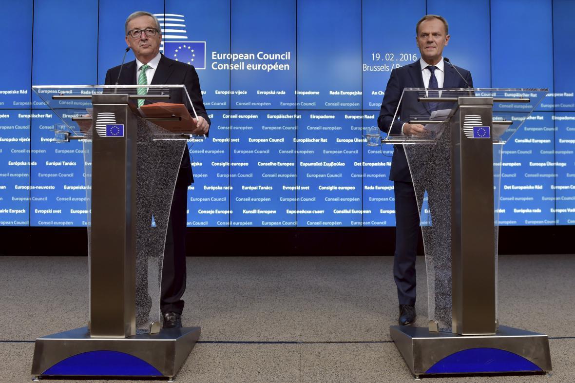 Jean-Claude Juncker a Donald Tusk na brífinku po summitu EU