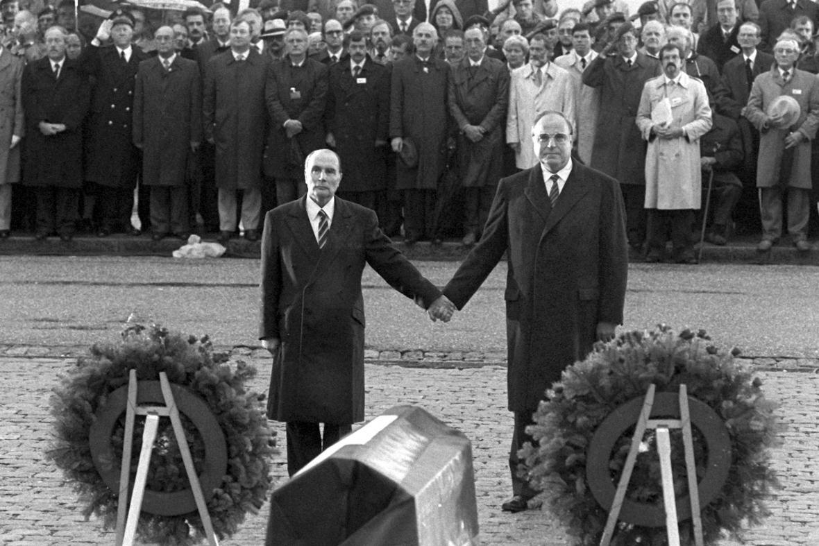 Francouzský prezident Francois Mitterrand a německý kancléř Helmut Kohl nad hroby u Verdunu (22. září 1984)