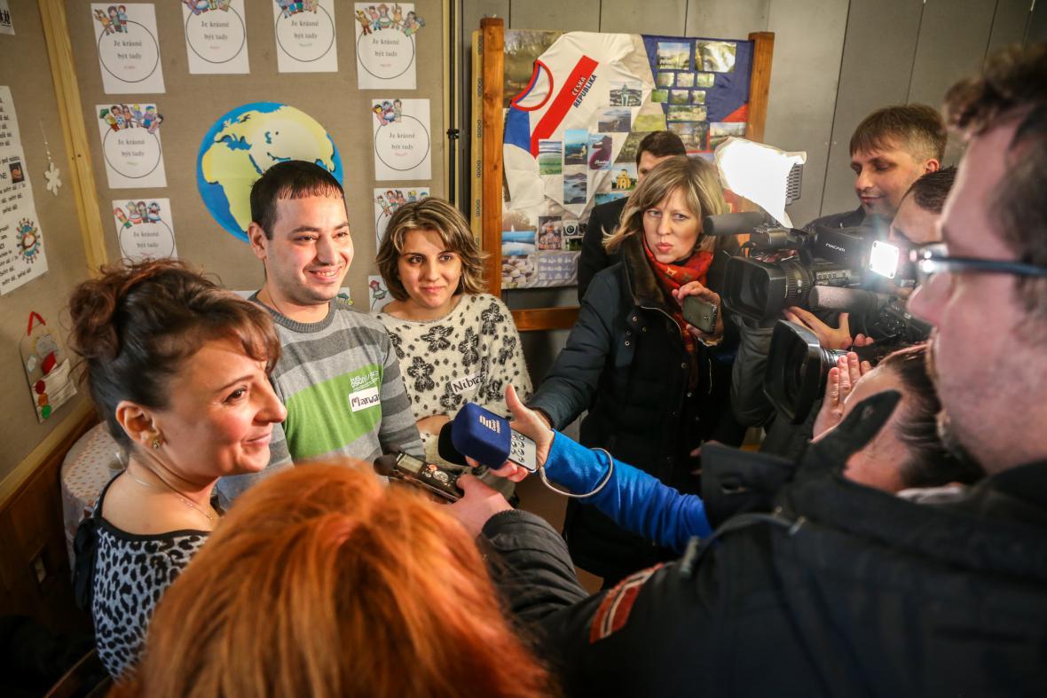 Iráčané Marwan a Nibras hovoří ve Smilovicích s novináři