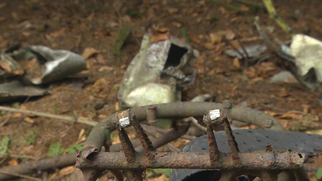 Trosky polského vrtulníku nalezeného v lesích u Lanškrouna