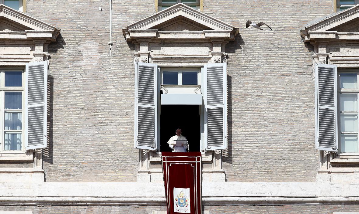 Papež František během tradiční nedělní modlitby Anděl Páně