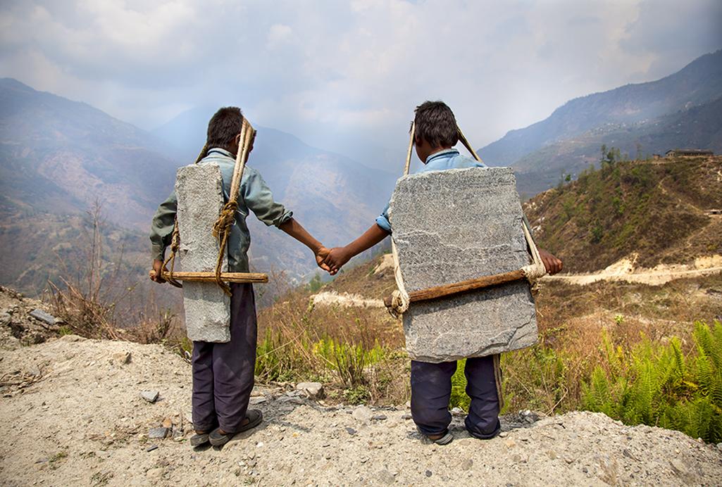 Lisa Kristine / Bratři nesoucí kámen, Nepál, 2010