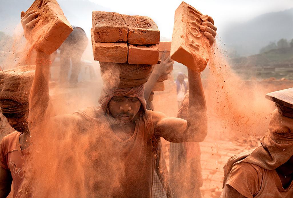 Lisa Kristine / Stohování, Nepál, 2010