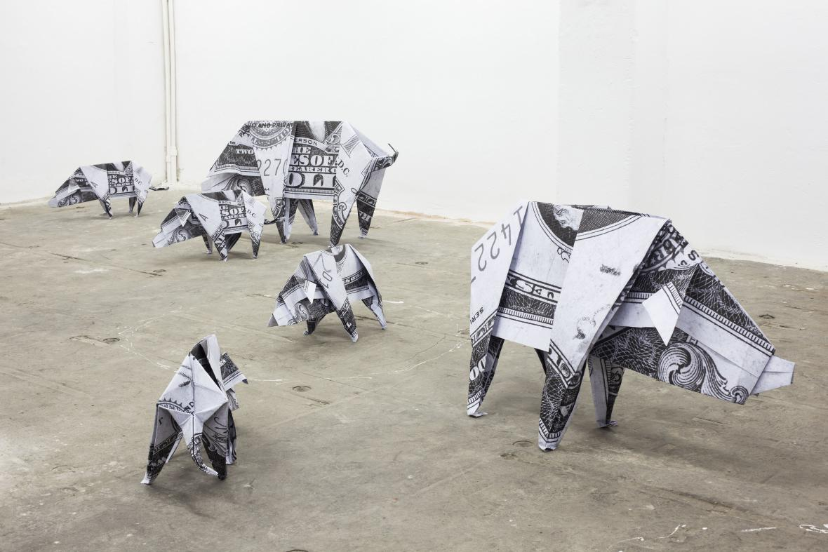 Daniel Knorr / Dvoudolarová prasátka, 2012