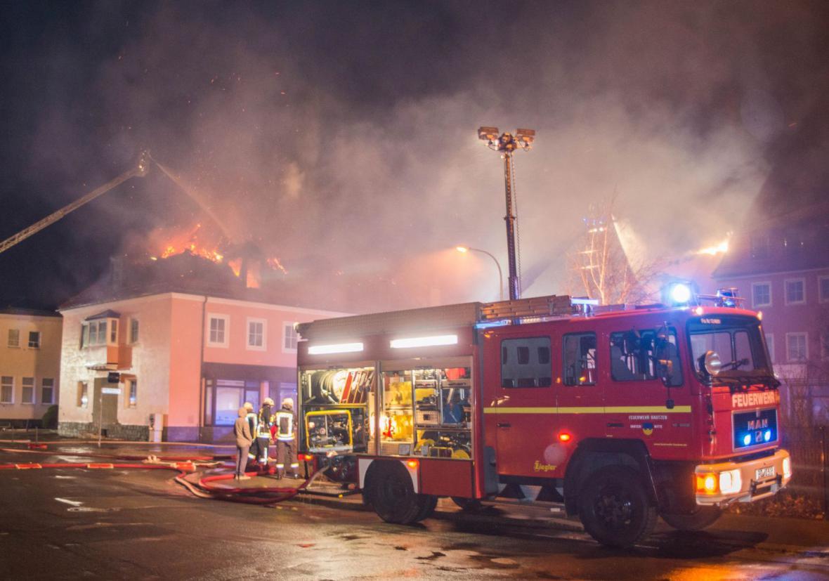 Hasiči likvidují požár v německém Budyšíně