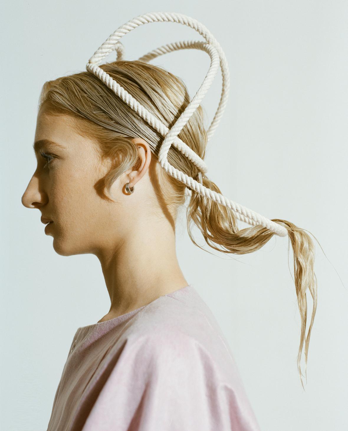 Sofya Samareva / kolekce klobouků (Joelle Boers), kolekce provazových head pieců (Muslin Brothers)