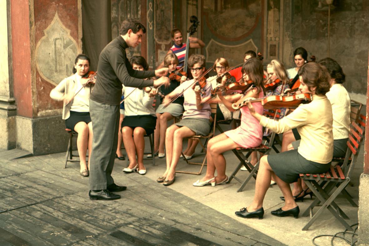 Dirigent Jiří Bělohlávek diriguje dívčí orchestr, 1960