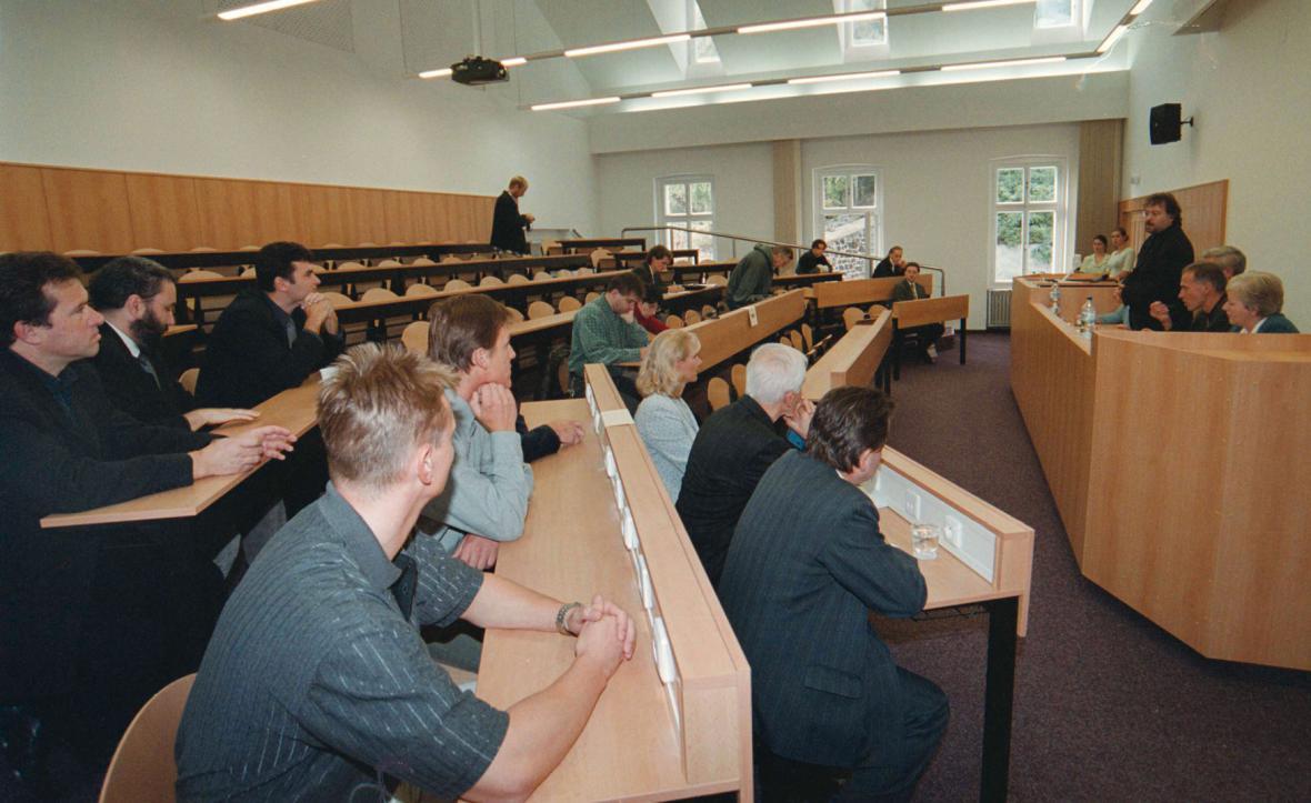 Posluchárna Vysoké školy Karlovy Vary na snímku ze září 2001