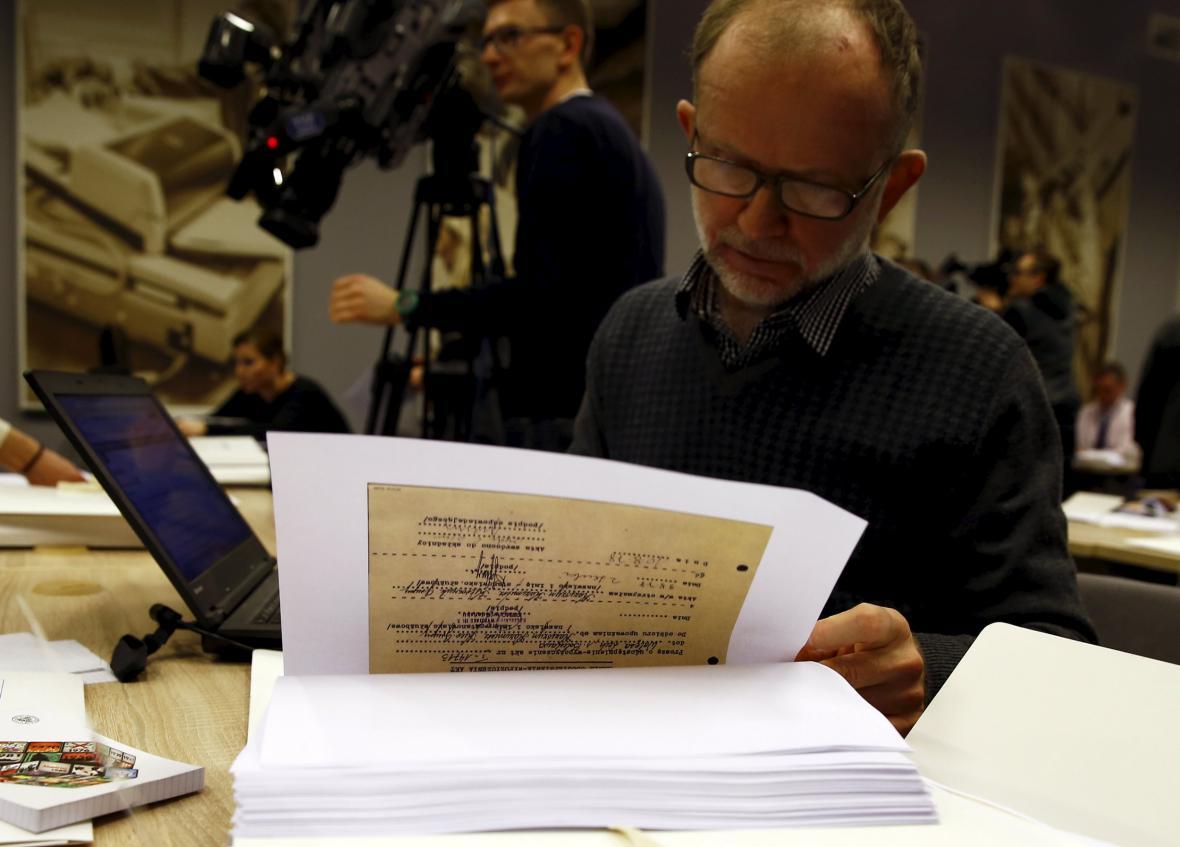Polští novináři studují kopii spisu agenta Bolka