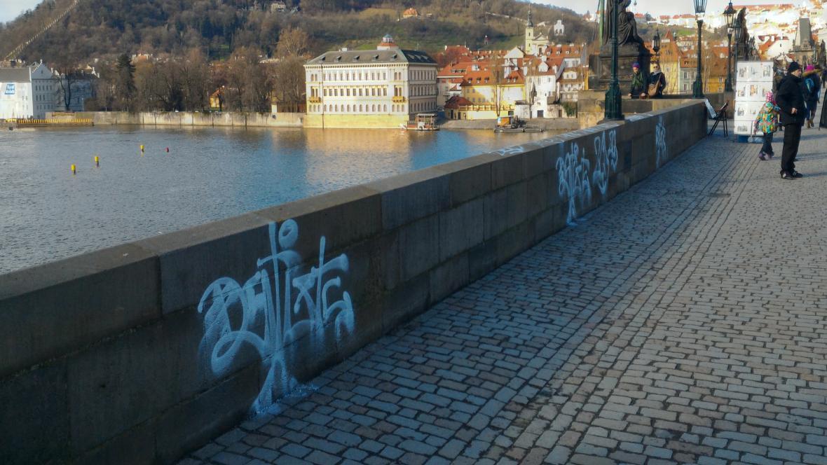 Karlův most posprejoval vandal