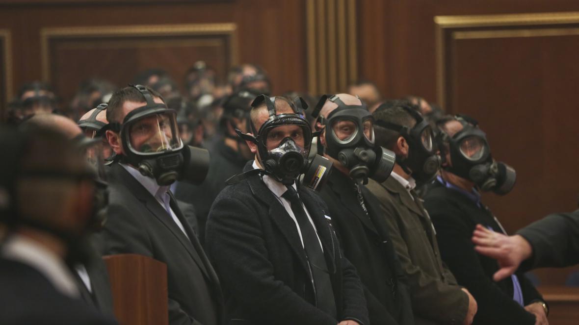 Volbu prezidenta v Kosovu narušil slzný plyn