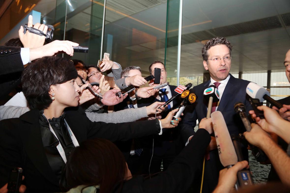 Nizozemský ministr financí Jeroen Dijsselbloem v obležení novinářů