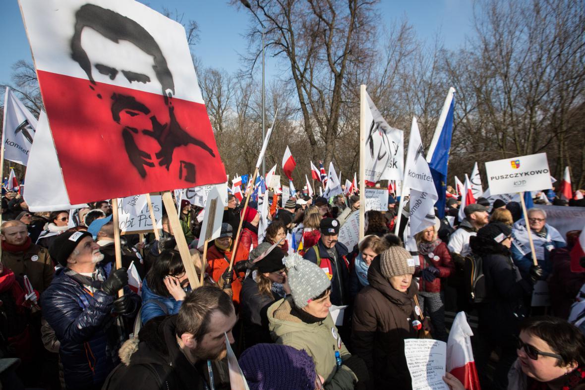 Protivládní demonstranti ve Varšavě hájili Lecha Walesu