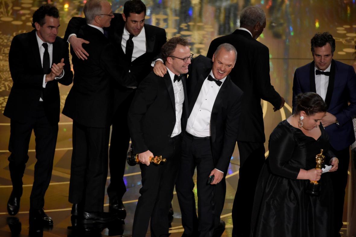 Tvůrci filmu Spotlight, uprostřed Tom McCarthy a Michael Keaton