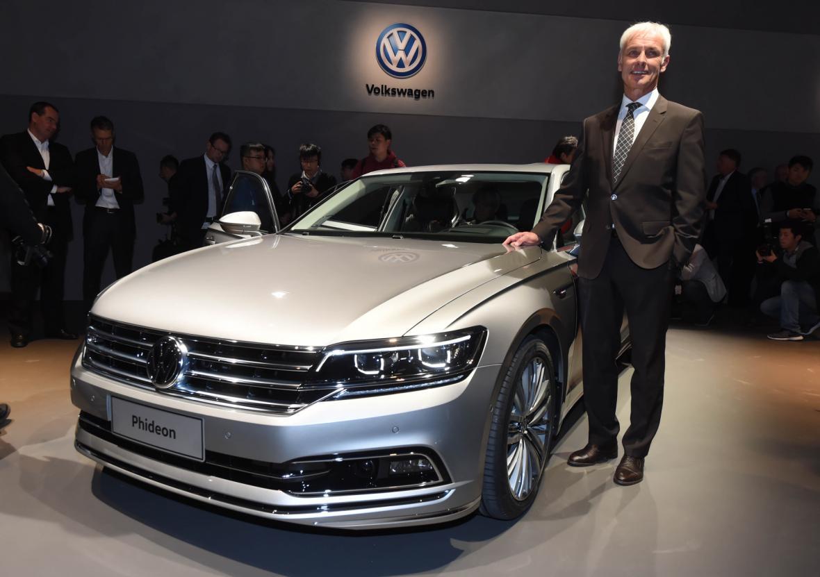 Vedle limuzíny Phideon určené pro čínský trh pózuje šéf koncernu Volkswagen Matthias Müller