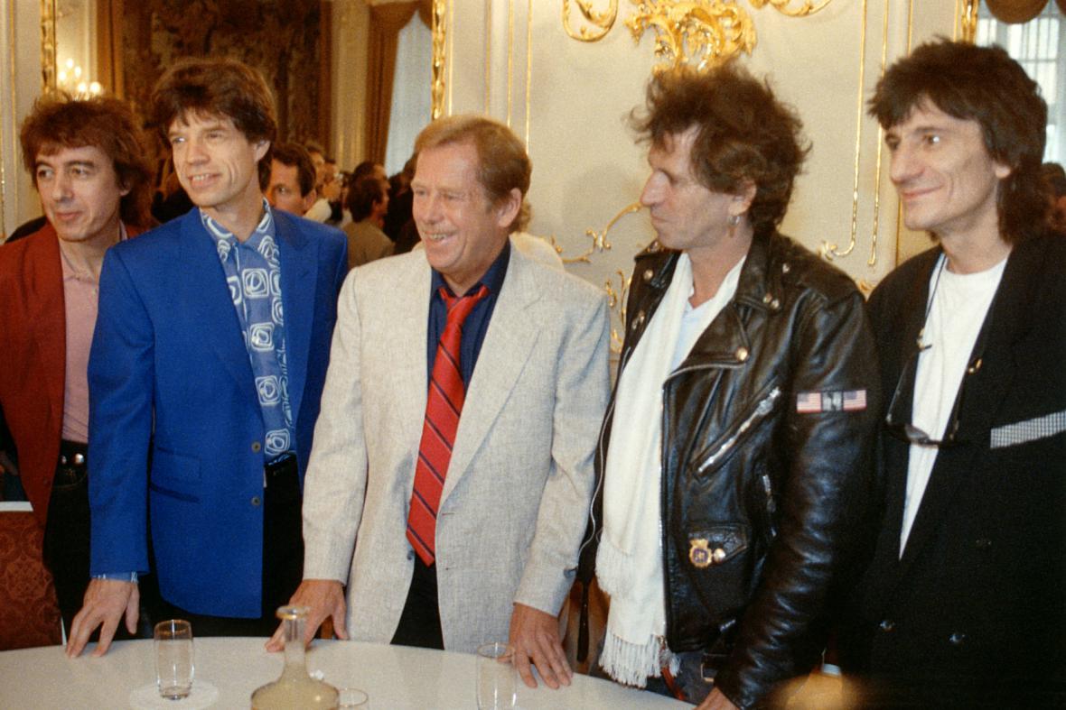 Václav Havel při setkání se členy Rolling Stones na Pražském hradě, 1990