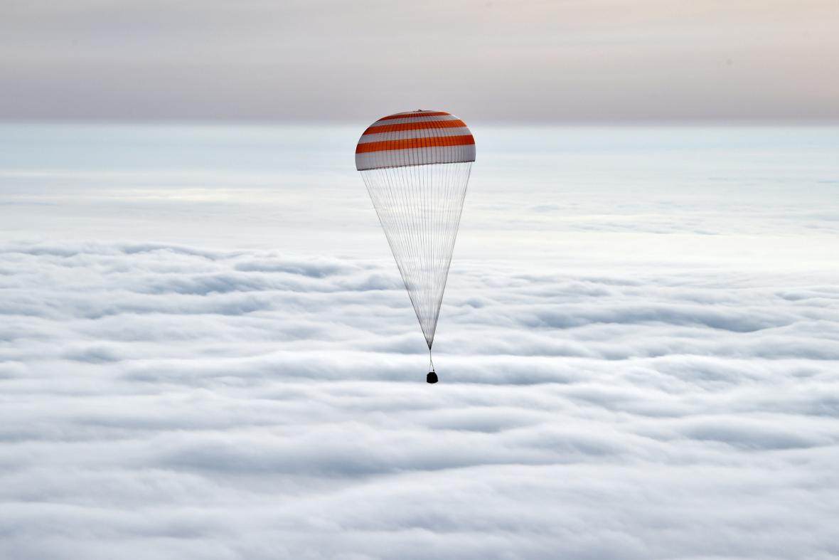Astronauti Kelly a Kornijenko se vrátili na Zemi
