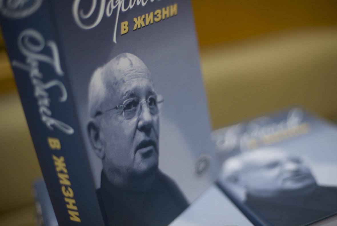 Gorbačovův životopis na pultě moskevského knihkupectví