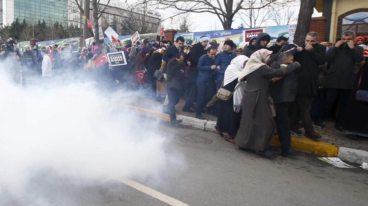 Policie použila slzný plyn na demonstraci na podporu opozičního deníku Zaman