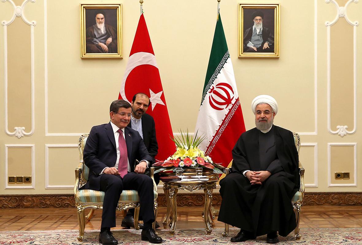 Turecký premiér Ahmet Davutoglu a íránský prezident Hassan Rouhání