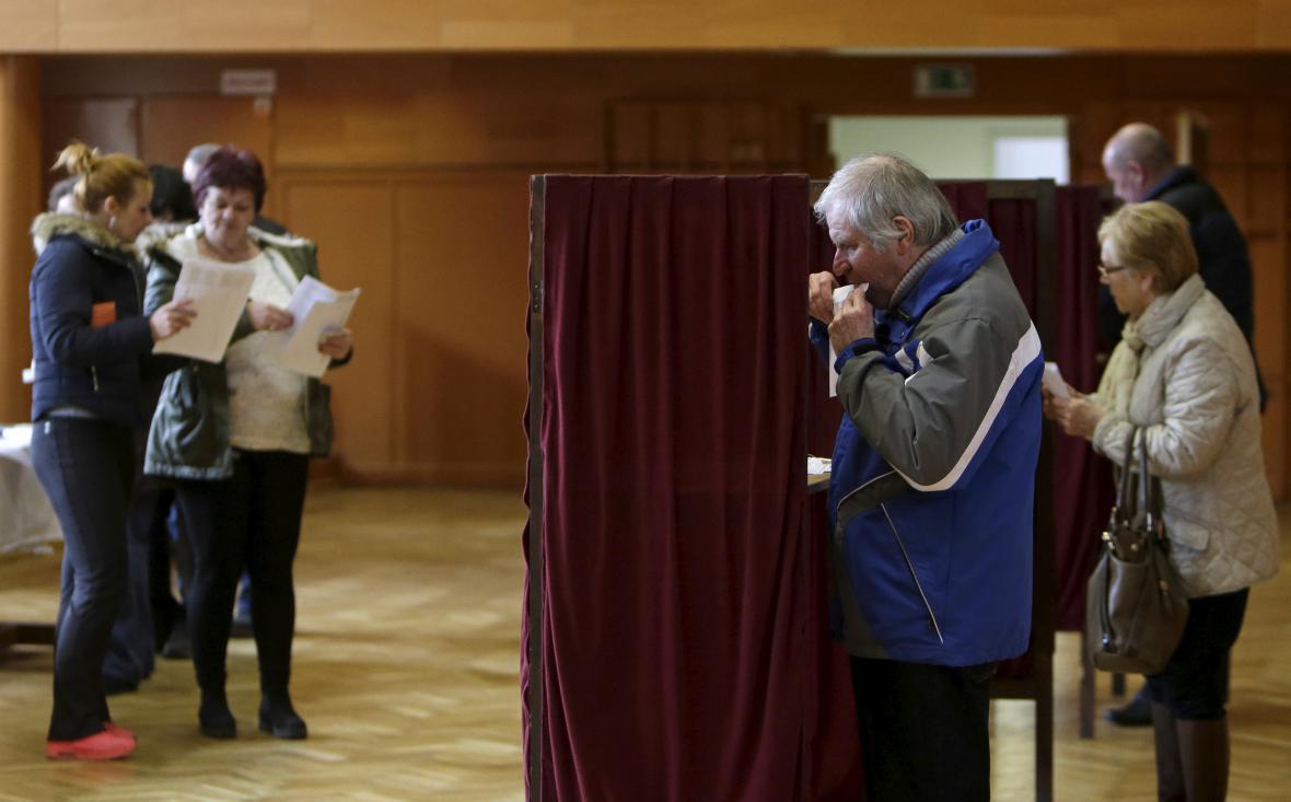 Voliči při hlasování v Trnavě