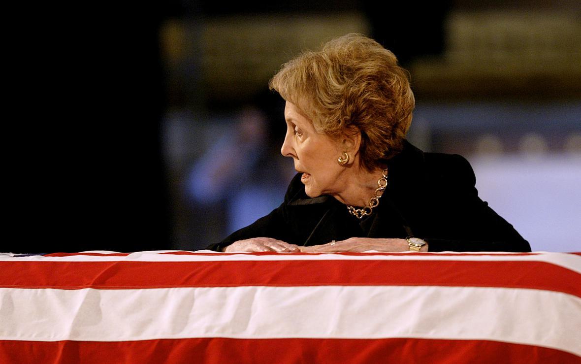 Nancy Reaganová nad rakví svého muže (2004)