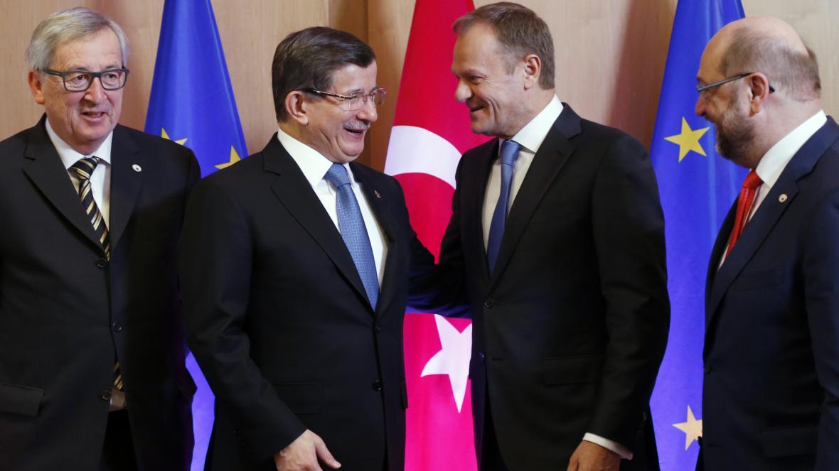 Šéf Evropské komise Jean-Claude Juncker, turecký premiér Ahmet Davutoglu, předseda Evropské rady Donald Tusk, šéf Evropského parlamentu Martin Schultz