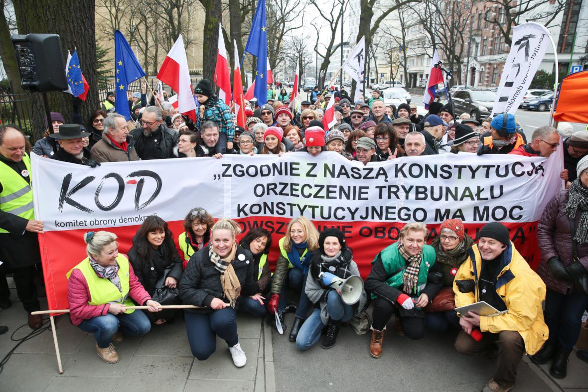 Protivládní protesty před sídlem ústavního soudu