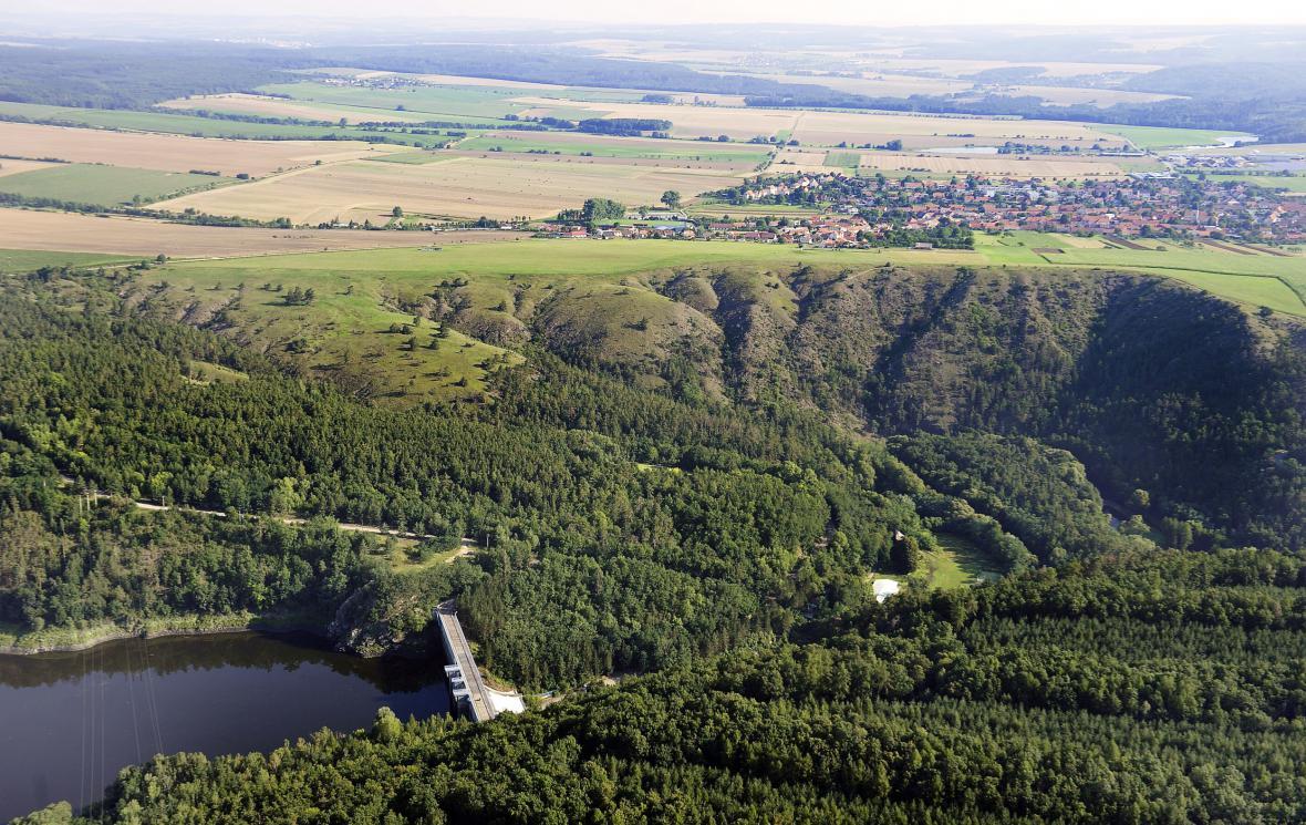 Mohelenská hadcová step s vodní nádrží Mohelno