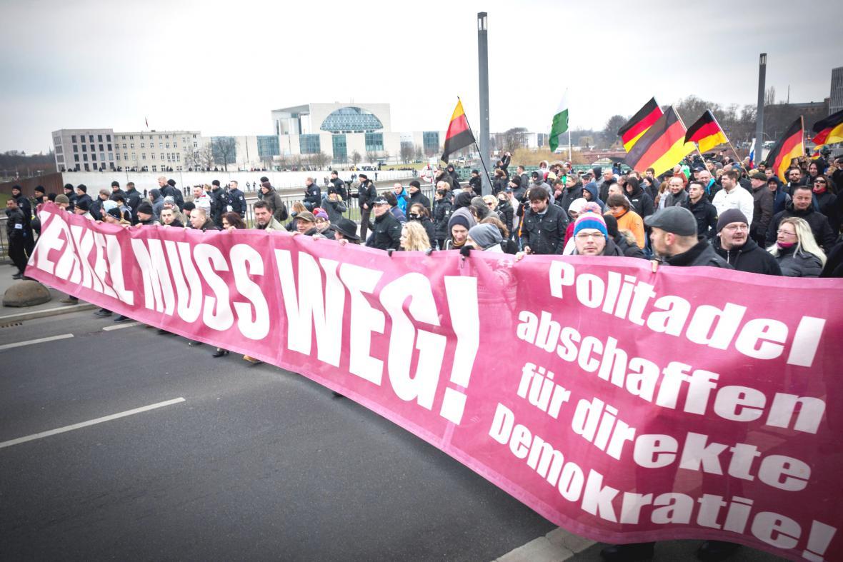 Průvod proti politice kancléřky Merkelové v ulicích Berlína