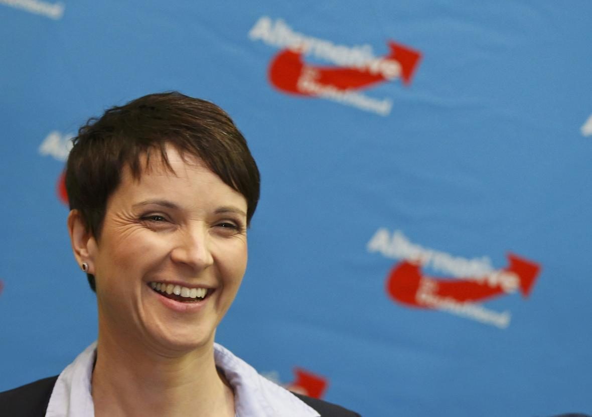 Předsedkyně AfD, Frauke Petryová, může být spokojená
